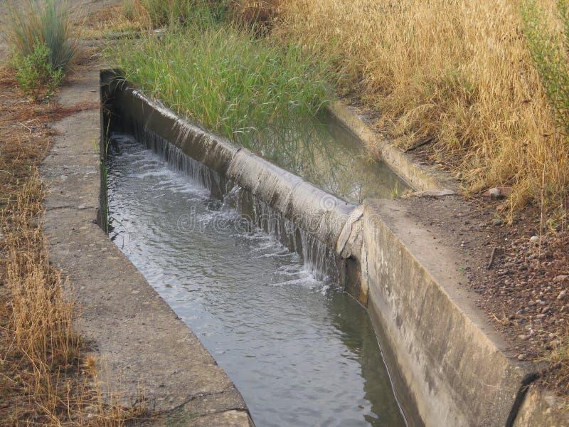 Kleine irrigatie cansl met waterkeringscontrole stock fotografie