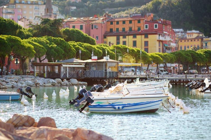 Kleine jachten en vissersboten in jachthaven van Lerici-stad, een deel van Italiaanse Riviera, Italië royalty-vrije stock afbeeldingen