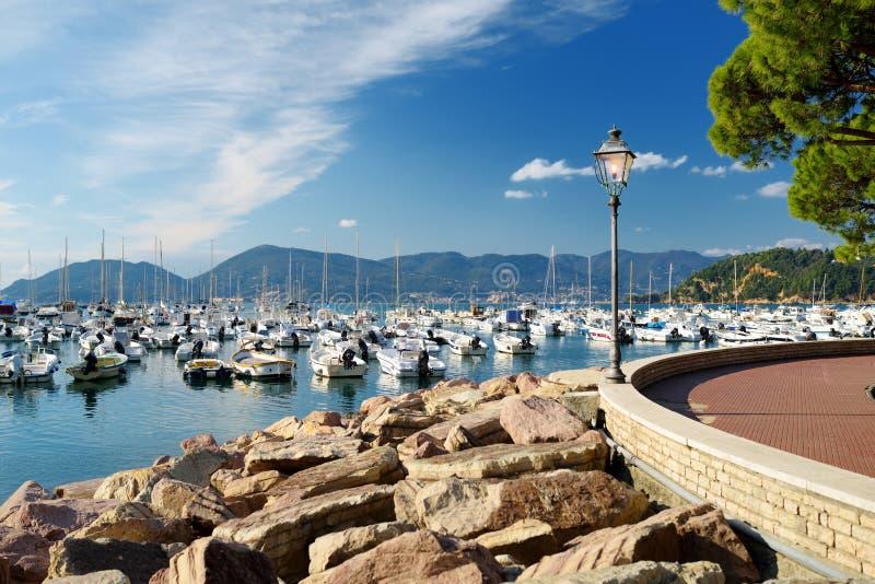 Kleine jachten en vissersboten in jachthaven van Lerici-stad, een deel van Italiaanse Riviera, Italië stock afbeeldingen