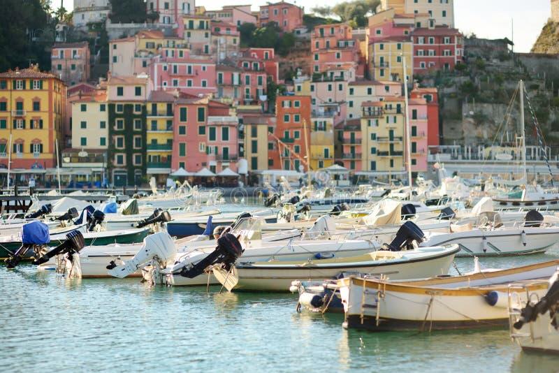 Kleine jachten en vissersboten in jachthaven van Lerici-stad, een deel van Italiaanse Riviera, Italië royalty-vrije stock afbeelding