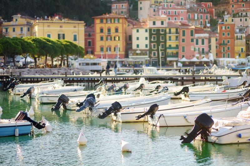 Kleine jachten en vissersboten in jachthaven van Lerici-stad, een deel van Italiaanse Riviera, Italië stock afbeelding