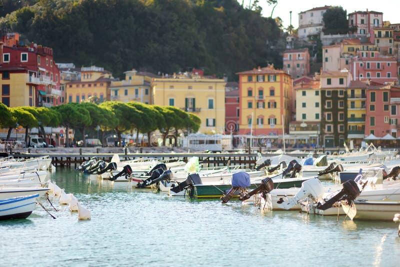 Kleine jachten en vissersboten in jachthaven van Lerici-stad, een deel van Italiaanse Riviera, Italië royalty-vrije stock foto's