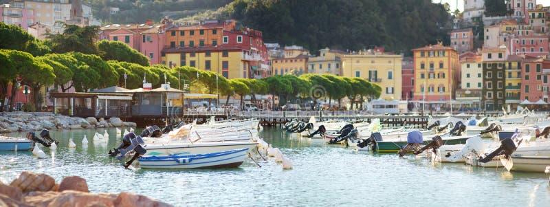 Kleine jachten en vissersboten in jachthaven van Lerici-stad, een deel van Italiaanse Riviera, Italië royalty-vrije stock foto