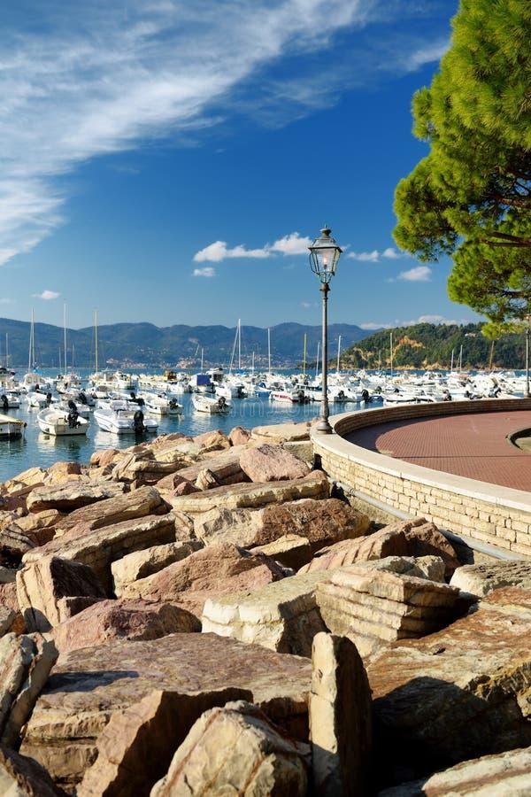 Kleine jachten en vissersboten in jachthaven van Lerici-stad, een deel van Italiaanse Riviera, Italië stock foto's