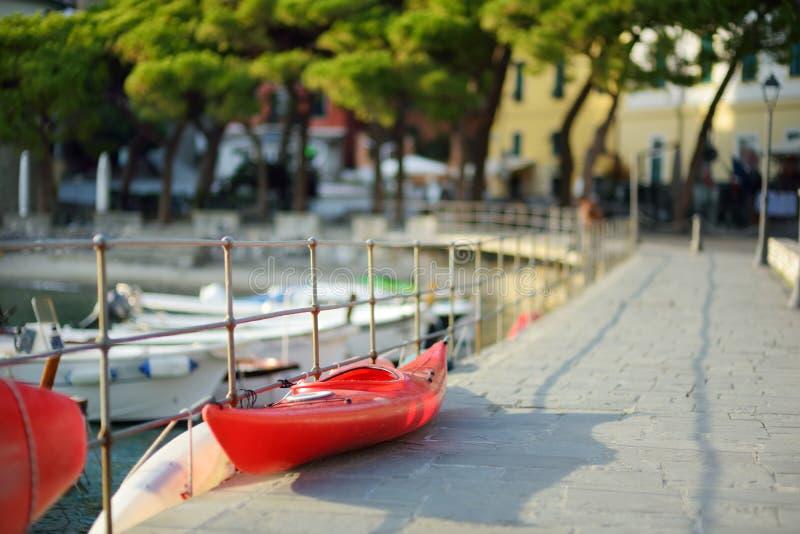 Kleine jachten en vissersboten in jachthaven van Porto Venere stad, een deel van Italiaanse Riviera, Itali? royalty-vrije stock afbeelding