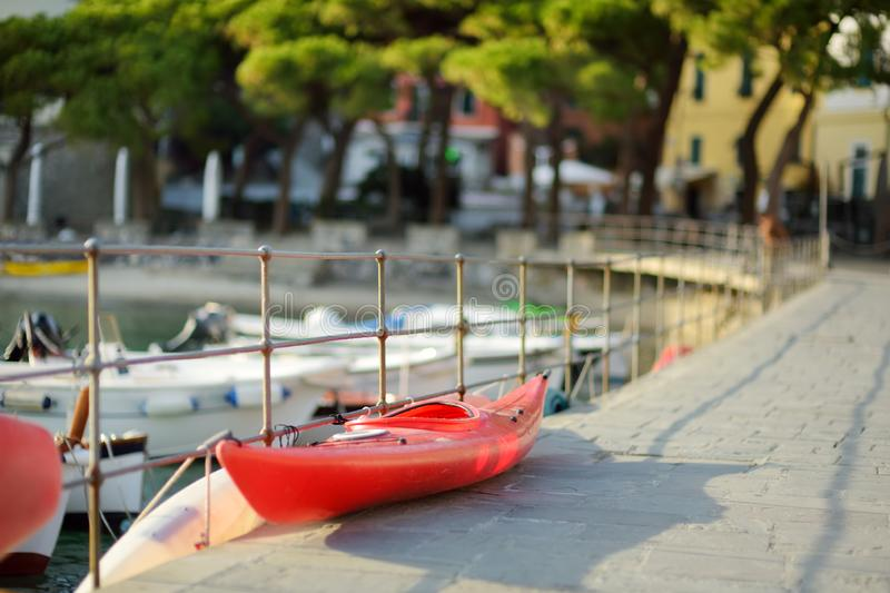 Kleine jachten en vissersboten in jachthaven van Porto Venere stad, een deel van Italiaanse Riviera, Itali? stock fotografie