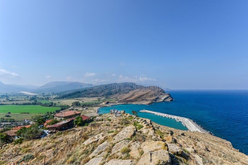 Kleine Jachthafenaussicht mit einer Anlegestelle von einem Hügel in einer Insel lizenzfreies stockfoto