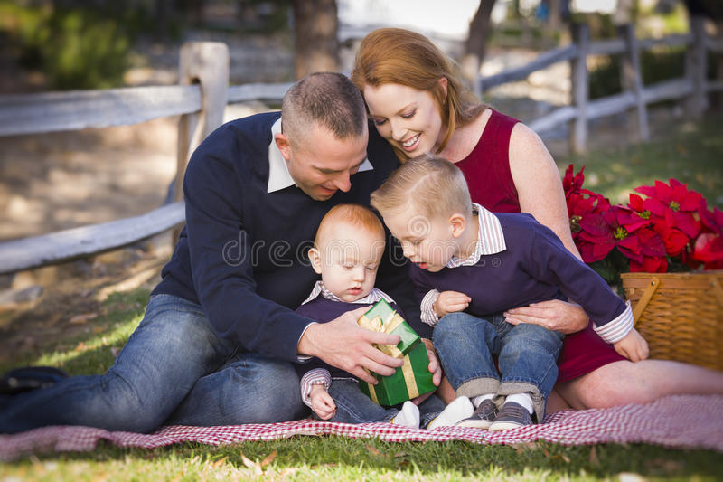 Kleine Jonge Familie het Openen Kerstmisgiften in het Park stock fotografie
