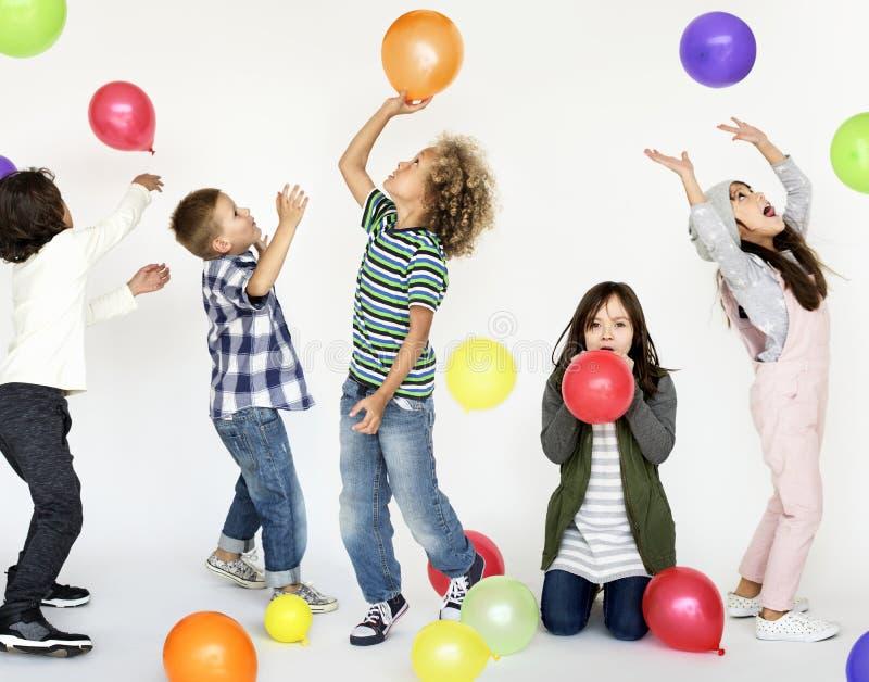 Kleine Jonge geitjes die Ballonsportret spelen royalty-vrije stock foto