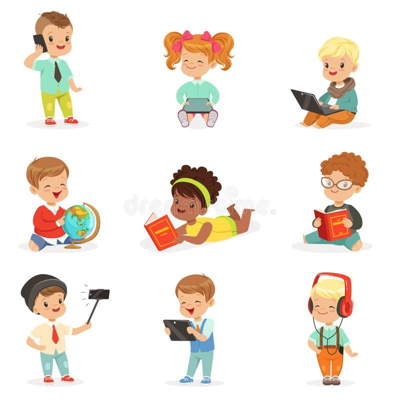 Kleine Jonge geitjes Gebruikend Moderne Gadgets en Lezend Boeken, Kinderjaren en Technologiereeksen Leuke Illustraties vector illustratie