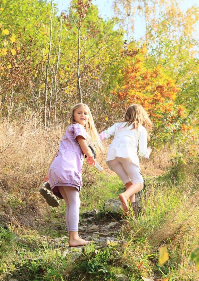 Kleine jonge geitjes - meisjes die blootvoets lopen stock afbeelding