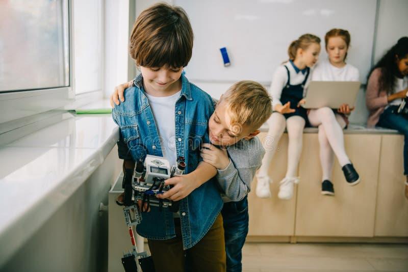 kleine jonge geitjes met het diy robot omhelzen royalty-vrije stock afbeeldingen