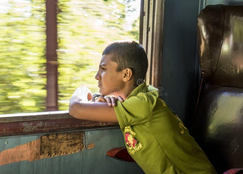 Kleine jongen die het venster in de trein bekijken royalty-vrije stock foto's