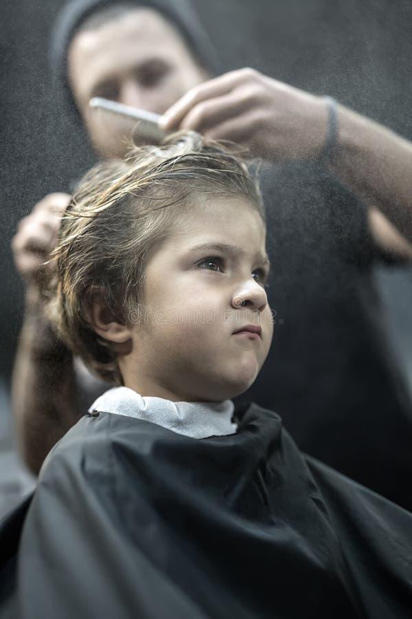 Kleine jongen in herenkapper royalty-vrije stock foto
