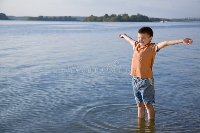 Kleine jongen in het overzees royalty-vrije stock afbeelding