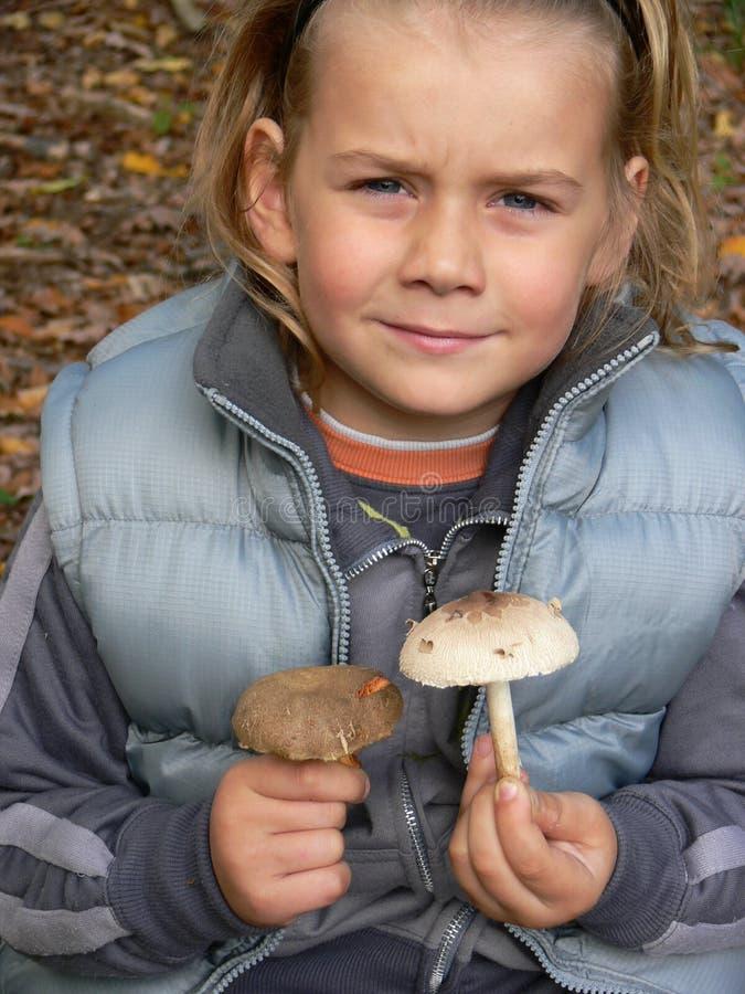 Kleine jongen met paddestoelen royalty-vrije stock afbeelding