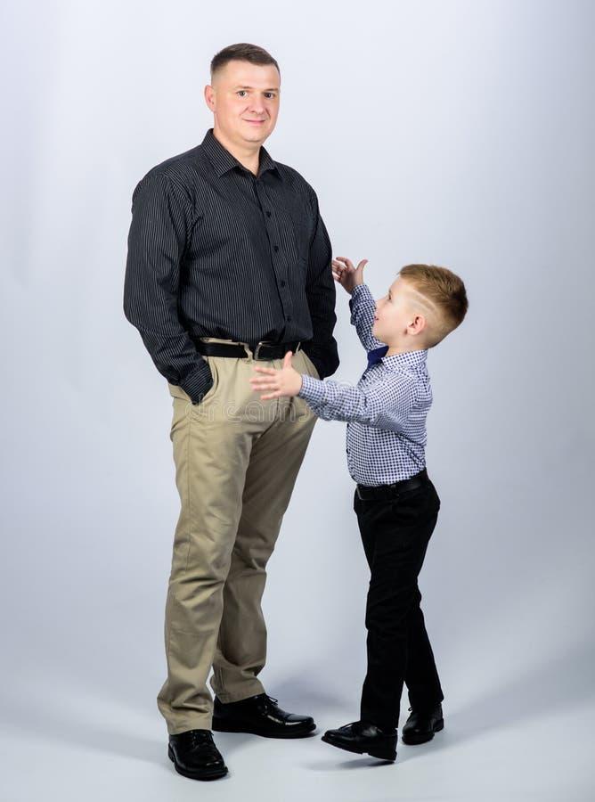 kleine jongen met papazakenman Kinderjaren vertrouwen en waarden Dit is dossier van EPS10-formaat Gelukkig kind met vader Partner royalty-vrije stock foto's
