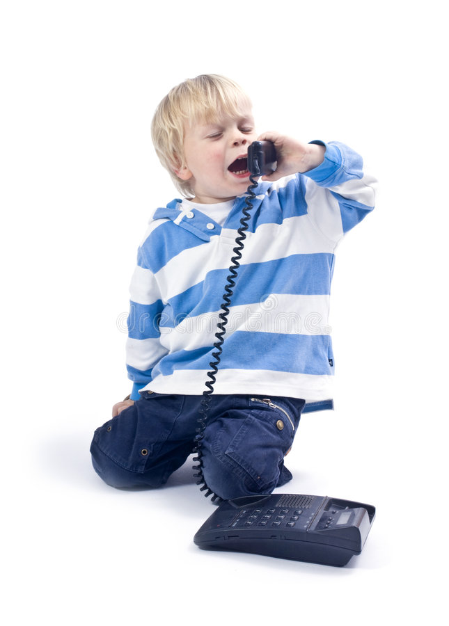 Kleine jongen op de telefoon stock foto