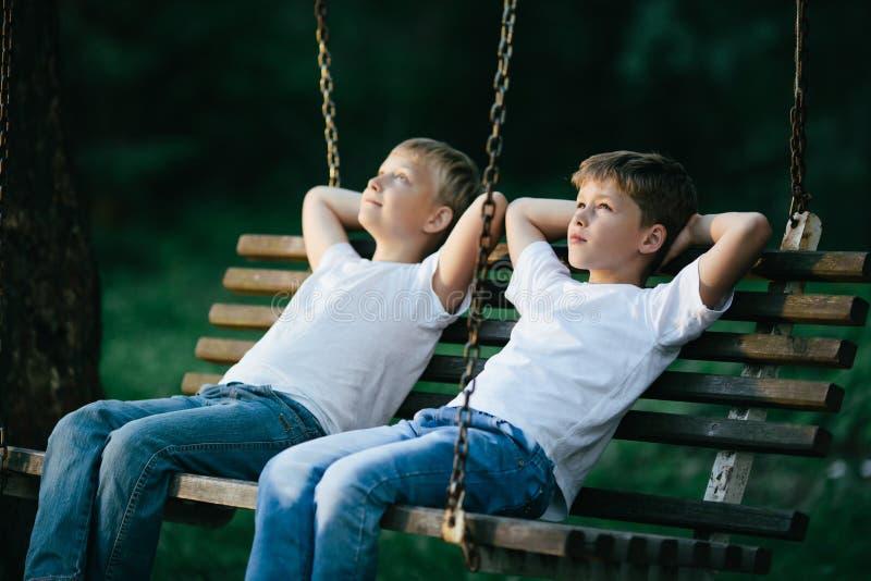 Kleine jongens die op schommeling dromen royalty-vrije stock fotografie