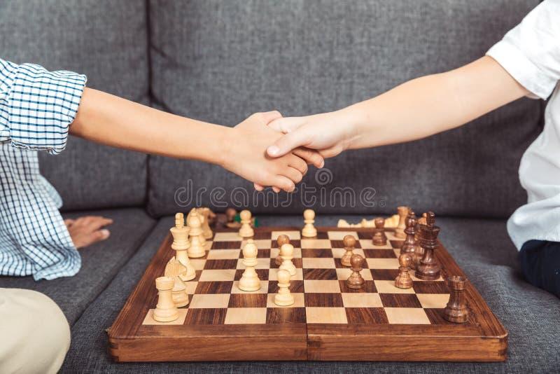 kleine jongens die schaak spelen royalty-vrije stock fotografie