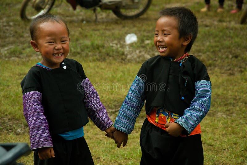 Kleine jongens die tijdens het festival van de Liefdemarkt lachen stock foto