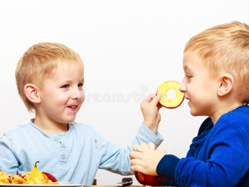 Kleine Jungen, die dem Apfel zu Hause kocht abziehen stockfoto