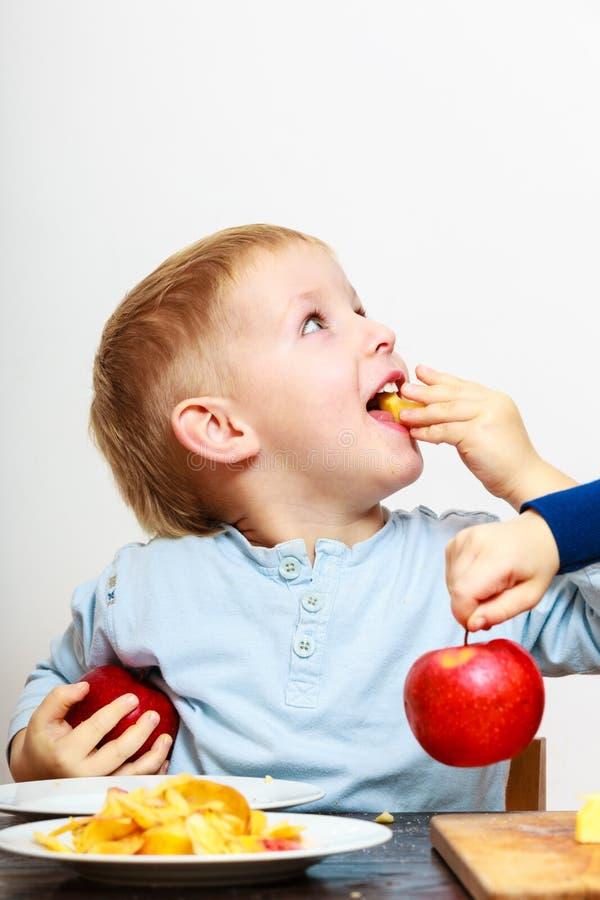 Kleine Jungen, die dem Apfel zu Hause kocht abziehen lizenzfreie stockbilder