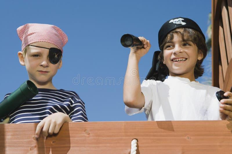 Kleine Jungen, die Piraten spielen lizenzfreies stockbild