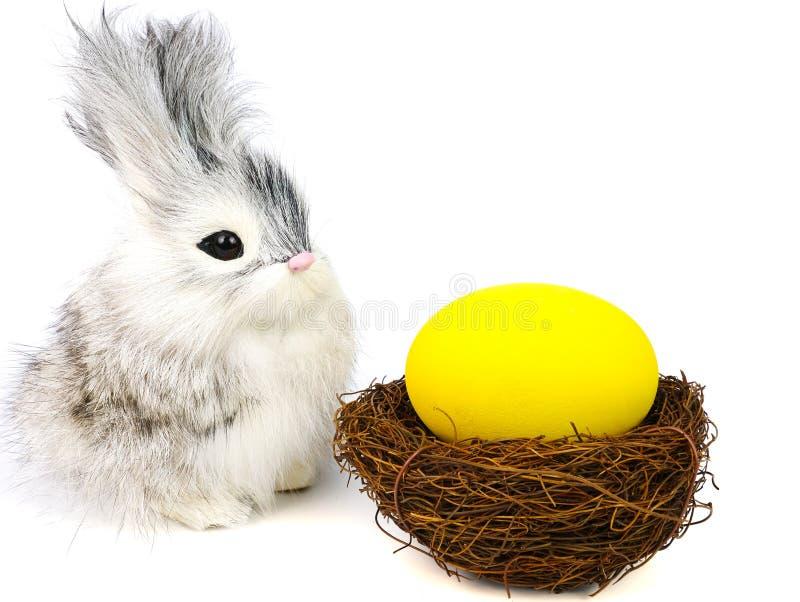 kleine Kaninchen- und Estereier lizenzfreie stockfotos