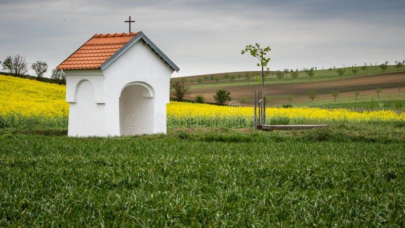 Kleine kapel in platteland Kalme en vreedzame plaats voor alle voorbijgangers stock fotografie