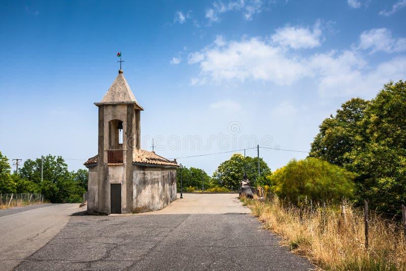 Kleine kapel in Sicilië op een het noordenweg aan de vulkaan Etna stock foto's
