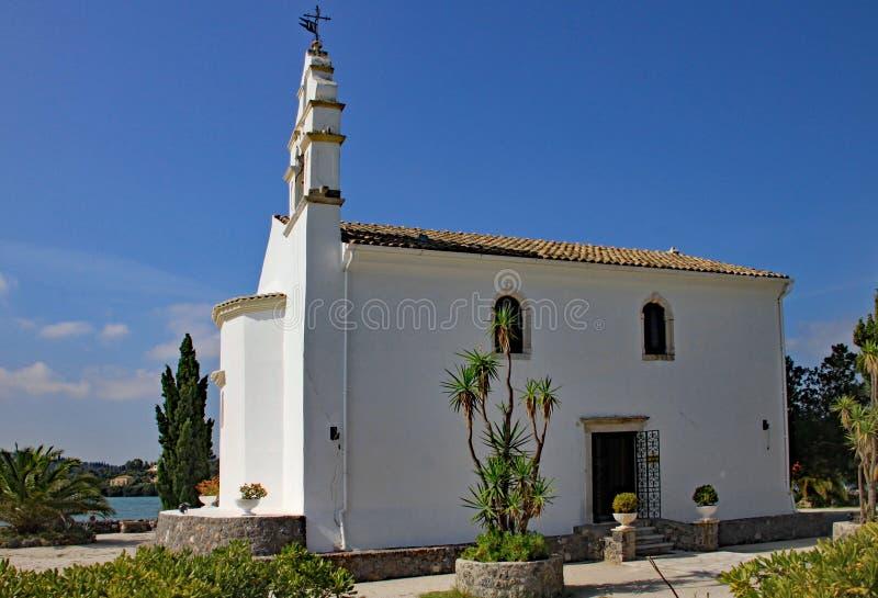 Kleine Kapelle auf einer Halbinsel auf der griechischen Insel von Korfu lizenzfreie stockfotografie