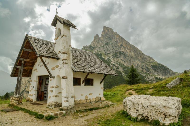 Kleine Kapelle in Falzarego-Durchlauf in den Dolomit lizenzfreie stockfotos