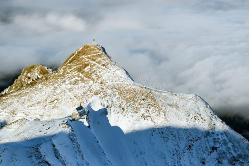 Kleine Kapelle gerade unterhalb der Pilatus-Spitze in den Schweizer Alpen lizenzfreie stockfotografie