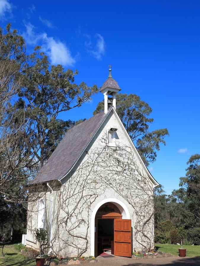 Kleine Kapelle mit offener Tür lizenzfreie stockbilder