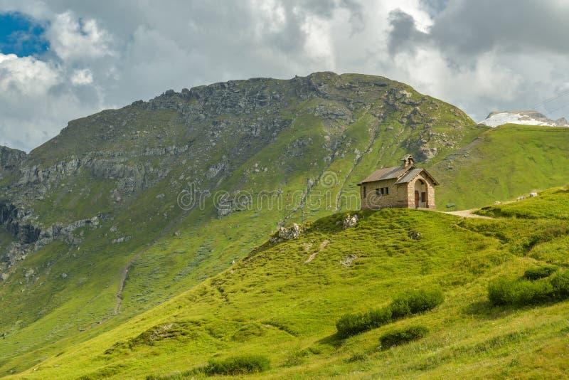 Kleine Kapelle in Passo Pordoi in den Dolomit stockbild