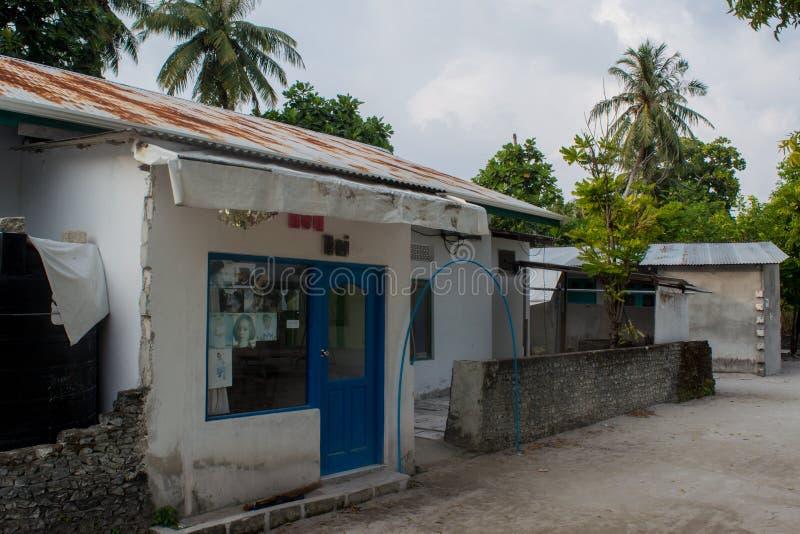 Kleine kapperswinkel bij de straat bij het tropische eiland Fenfushi stock fotografie