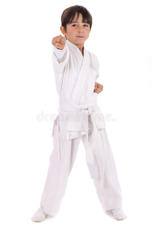 Kleine karatejongen in opleiding stock afbeeldingen