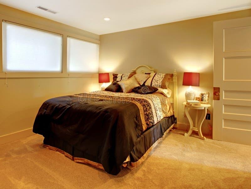 Kleine kelderverdiepingsslaapkamer met gastbed. stock afbeeldingen
