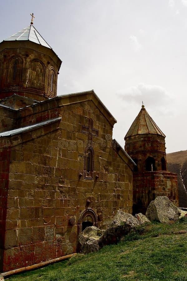Kleine kerk in de bergen van de meningen van de Kaukasus van Giorgia stock afbeeldingen