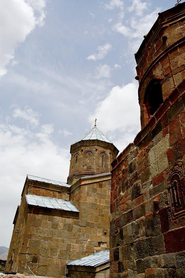 Kleine kerk in de bergen van de meningen van de Kaukasus van Giorgia royalty-vrije stock afbeelding
