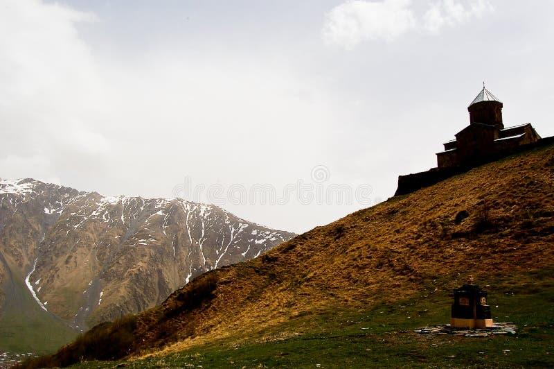 Kleine kerk in de bergen van de meningen van de Kaukasus van Giorgia stock afbeelding