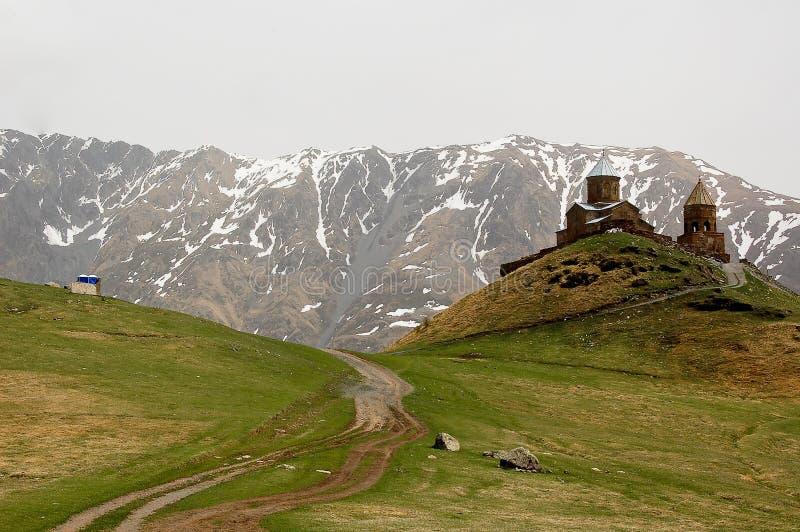 Kleine kerk in de bergen van de meningen van de Kaukasus van Giorgia stock fotografie