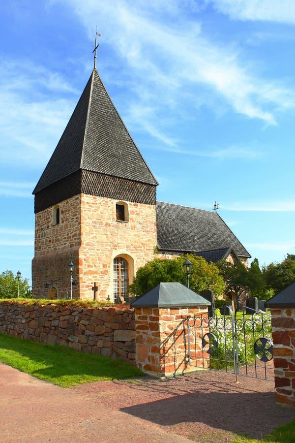 Kleine kerk met houten dakspaandak in Aland-Eilanden stock afbeeldingen