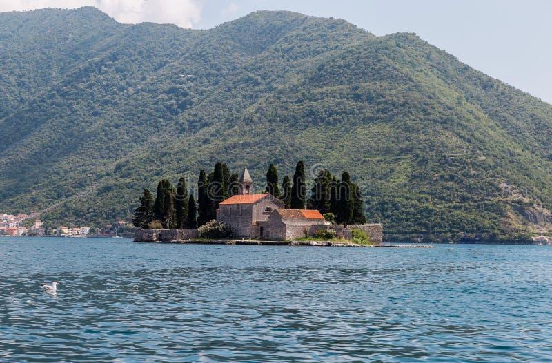 Kleine Kerk op het eiland van San Georges in Montenegro stock afbeelding