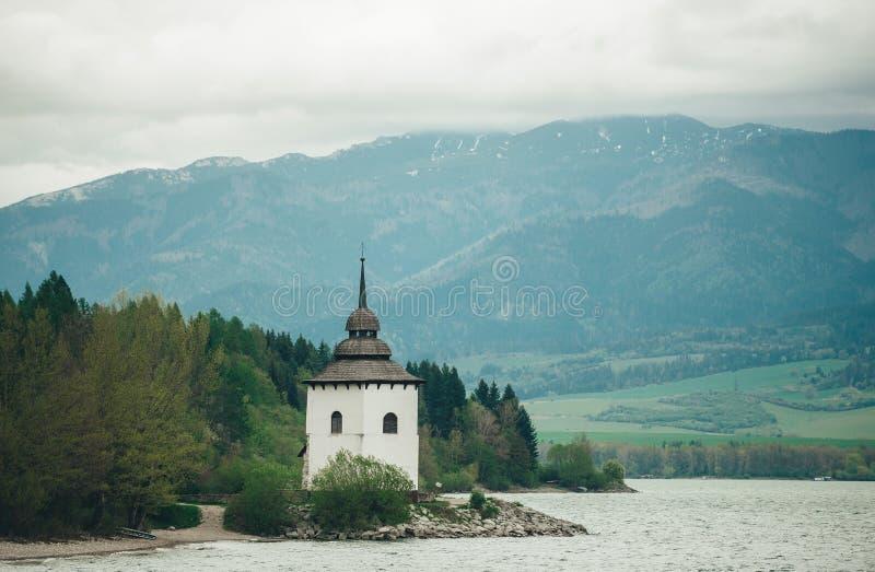 Kleine kerk van Onze Dame dichtbij het meer van Liptovska Mara, Slowakije royalty-vrije stock foto