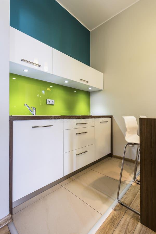 Kleine keuken in comfortabel huis stock fotografie