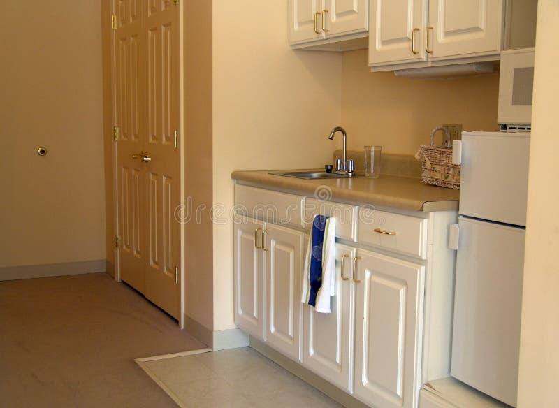 Kleine keuken in flat royalty-vrije stock fotografie