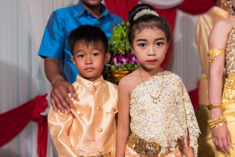 Kleine Khmer jonge geitjes die aan fotografie in traditionele huwelijksuitrusting stellen stock foto's