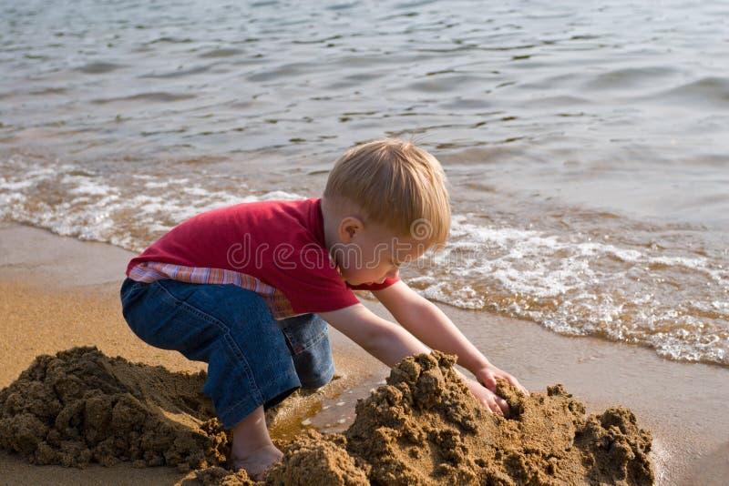Kleine kind en overzees. royalty-vrije stock foto